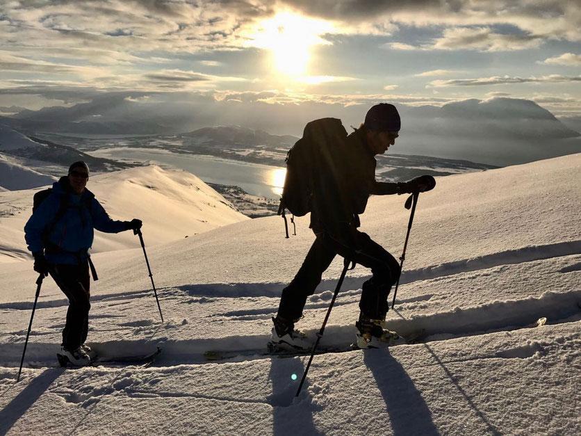Bei diesem famosen Ausblick fällt Stefan und Oliver der Aufstieg leicht – Foto: Stefan Brunner