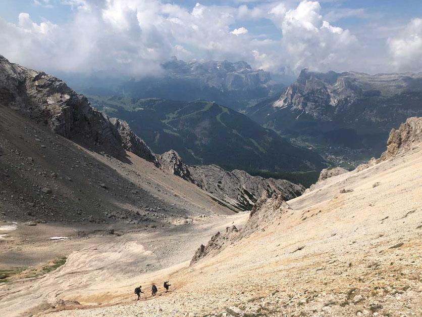Dolomiten – Abstieg im Forcella de Medesc Sattel