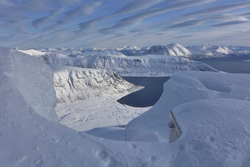 Vom Gipfel des Trolltinden auf der Insel Arnøya