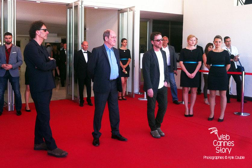 Pierre Lescure, entouré des frères Coen, attendant, en haut des marches les frères Taviani et Dardenne, venus rendre hommage aux frères Lumière - Festival de Cannes 2015 - Photo © Anik COUBLE