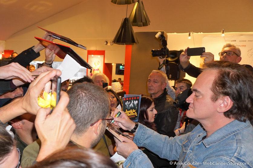 """Quentin Tarantino, signant des autographes, à la sortie de """"La Grande Emission """"de Radio Lumière - Festival Lumière 2016 - Lyon - Photo © Anik Couble"""
