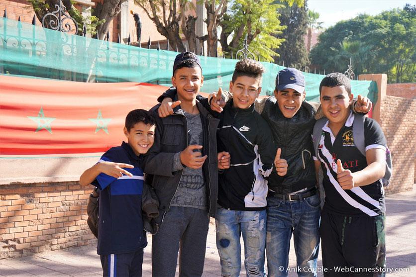 Joyeuse rencontre avec de jeunes collégiens marocains  - Festival de Marrakech - Décembre 2016 - Photo © Anik Couble