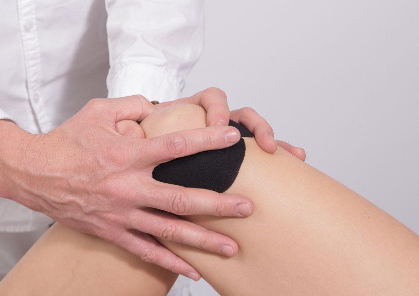 Fisioterapeuta tratando una rodilla que ha sufrido una operación de menisco, en Clínica Fisia de Tafalla (Navarra)