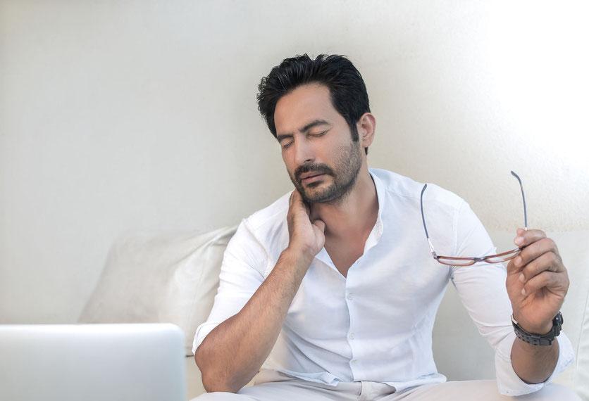 Hombre con dolor de cervicales doloriéndose del cuello