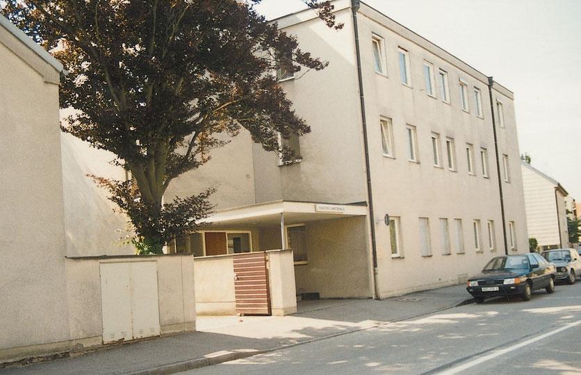Das Kinderkrankenhaus 1984 vor der Übernahme durch den Caritas- Kreisverband von der Neuöttinger- Straße aus gesehen.