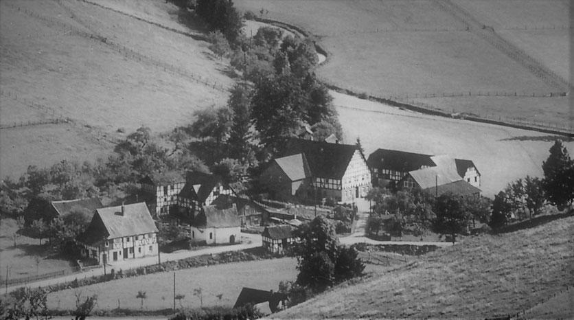 Sallinghausen um 1950: links Schmies Haus, daneben Dorfkapelle und Schmies Schmiede, die Mahl- u. Sägemühle, rechts Gockeln Hof (Familie Baust)