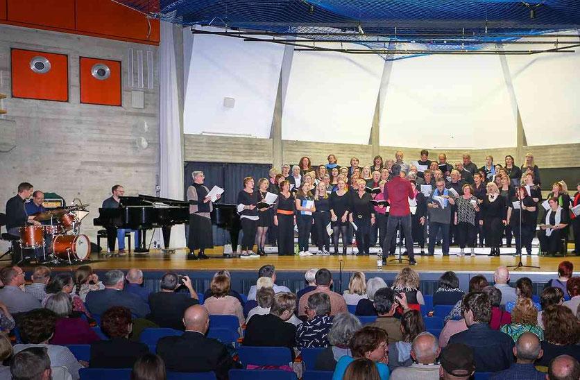 Drei Tage einüben, dann Auftritt vor Publikum: Die Teilnehmer des Hückelhovener Gospel-Workshops, den drei Chorleiter gestalteten, gaben ihr Abschlusskonzert in der Aula. Foto: Ruth Klapproth