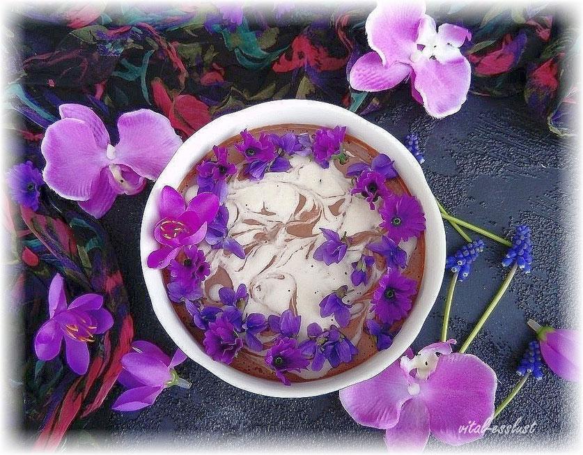 Schokocreme mit Veilchen und lila Blüten