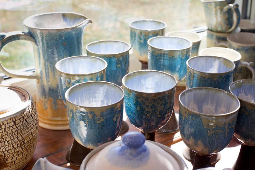 Rankų darbo puodeliai Piuso keramikos dirbtuvėse