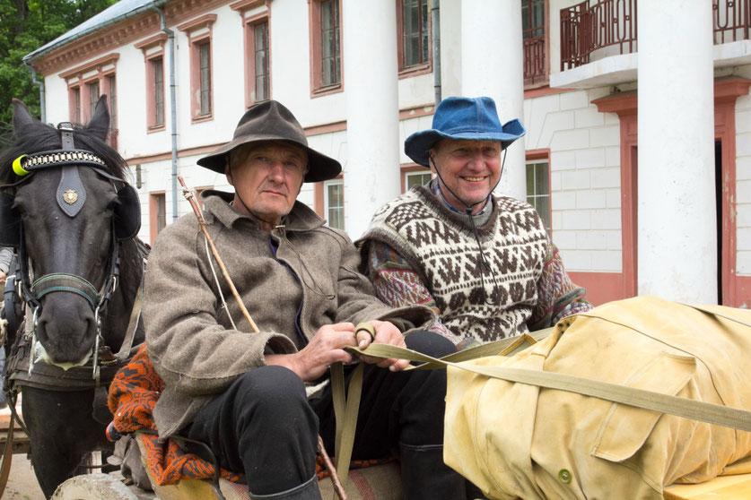 Petras ir Vitas vežime su žirgais prie Raguvėlės dvaro