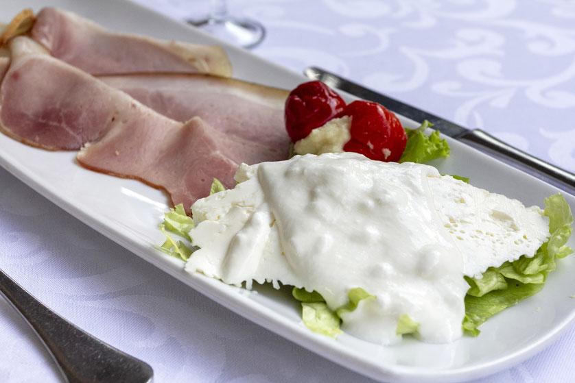 Zeleniako Vilos kumpis su įviežiu sūriu ir daržovėmis