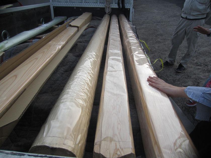 製材所から使用する木の説明を聞く