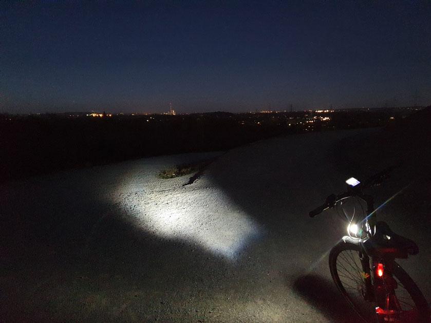 Bei der Abreise war es doch schon ein bisschen später als gedacht. Im Hintergrund sieht man die Lichter der Städte vor dem letzten Licht der blauen Stunde.