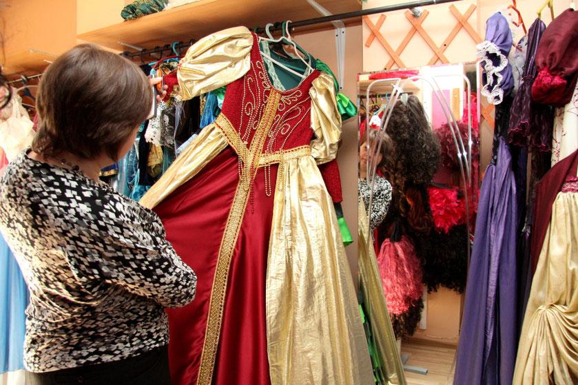 Preilių lėlių muziejaus persirengimo kambaryje pilna pasakų herojų kostiumų