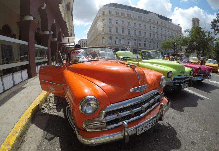 Havanos senamiestyje akys raibsta nuo ryškių senovinių automobilių spalvų