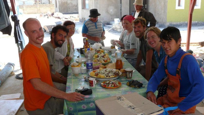 Beshbarmack (plat typique kazak) préparé par les ouvriers de la maison ou nous campons.