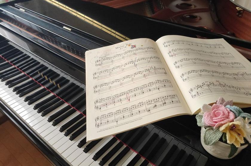 ヤマハのグランドピアノの上にあるお花は、 Yちゃんお母様からの手作りプレゼントです