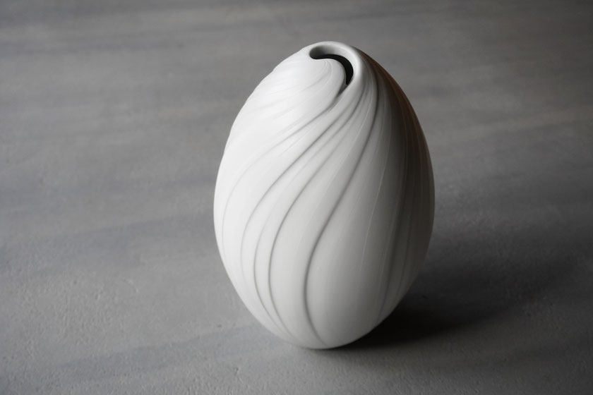 白妙彩磁壺:晩香窯の庄村久喜が制作した壺。心地よい線のデザインは磁土の触感の心地よいをイメージしている。シルクのような光沢感と陰影が美しい。