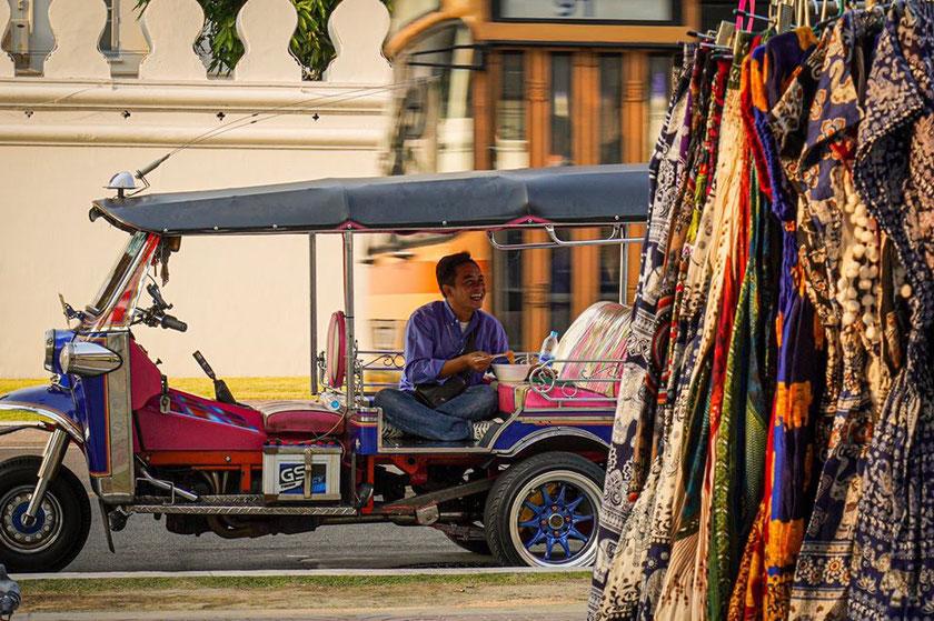 Tuktuko vairuotojas pietauja Tailande Bankoke