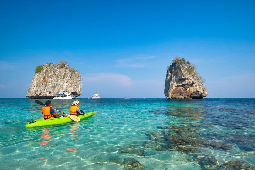 Tailande tarp salų irstantis baidarėmis matyti visas dugnas