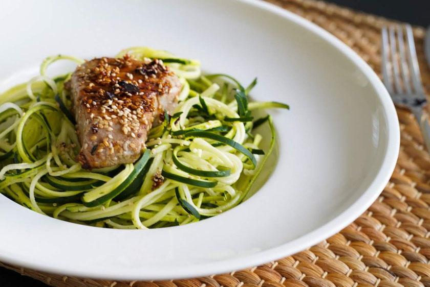 Thunfischfilet in Sesammantel mit Zoodles | low carb & gesund