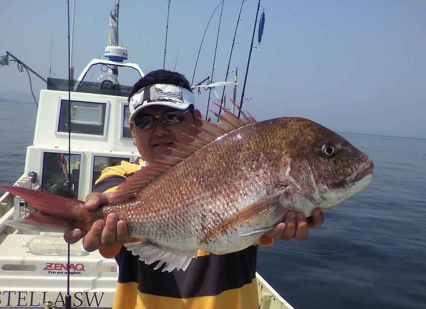 おぎちゃん身体や手が大きく鯛が小さく見えますが73cm。タイラバ