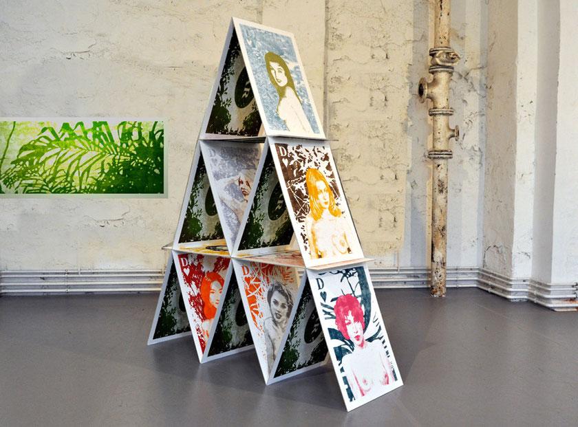 Asta Rode Naked Truth, Rauminstallation, 260 x 70 x 180 cm, 15 Karten 70 x 100 in 3 Lagen gestapelt, 2011 - 2012