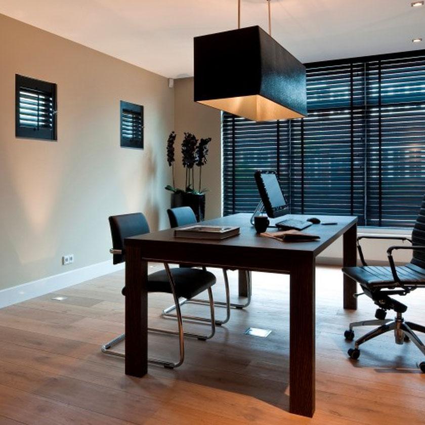 Store bois Jasno dans bureau contemporain et chaleureux