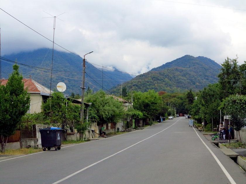 Vashlovani Street in Lagodechi mit Blick nach Norden zum Nationalpark