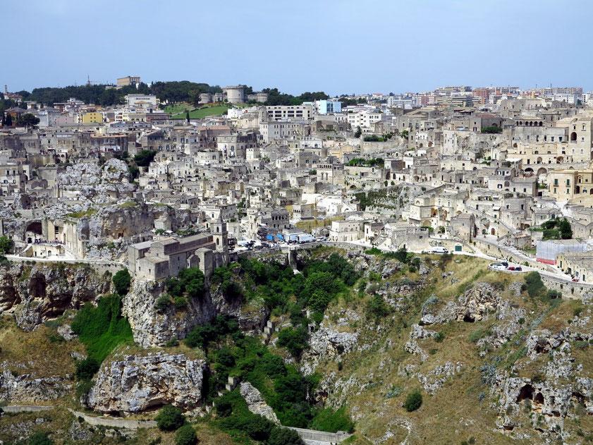 Blick vom Aussichtspunkt auf Matera mit der Chiesa di San Pietro Caveoso über dem Torrente Gravina