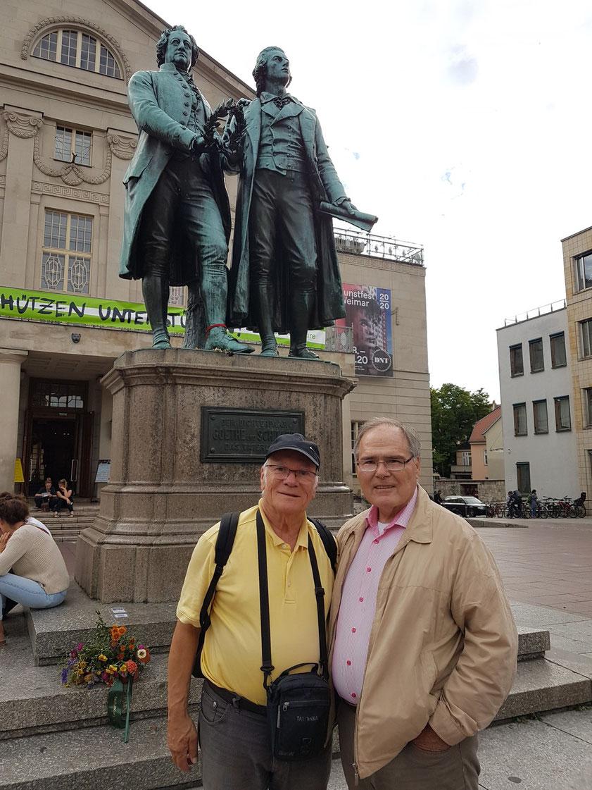 Die beiden Doctores Klaus Gallas (Architekturhistoriker, Autor, Verleger und Kulturmanager) und Frank Rother (Reiseschriftsteller, Geograph und Germanist) unter dem Denkmal der Dichterfürsten Johann Wolfgang von Goethe und Friedrich von Schiller in Weimar