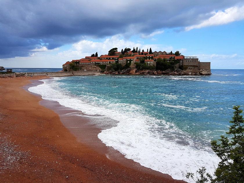 Hotelinsel Sveti Stefan, ein ehemaliges Fischerdorf, mit zugehörigem Strand