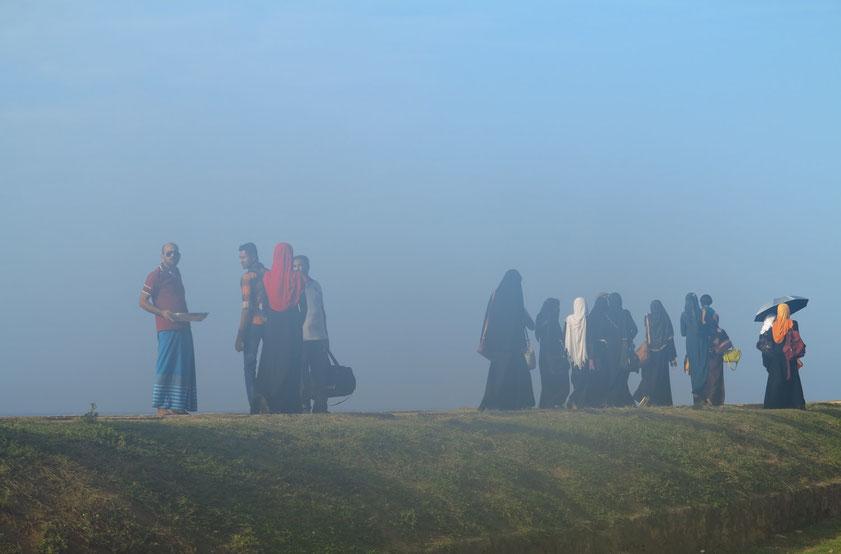 Begegnung mit Muslimen auf der Stadtmauer (Der Eindruck von Nebel entstand durch Beschlagen der kalten Fotooptik bei warmer Außentemperatur.)