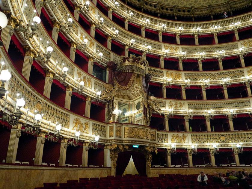 Teatro San Carlo. Das geschichtsträchtige Haus von 1735 war jahrelang die größte und eine der angesehensten Opern Europas.