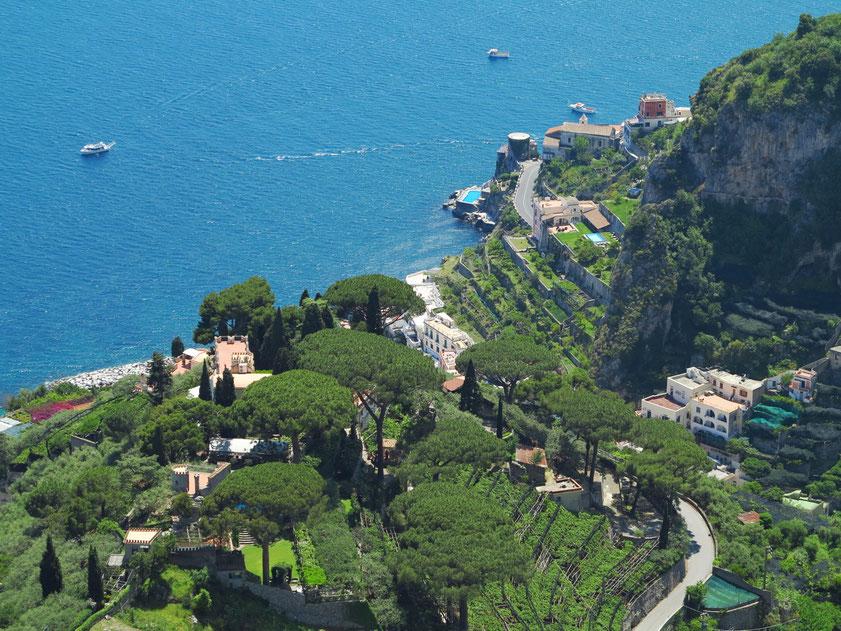 Blick von der Terrazza del'Infinito nach unten auf die Amalfiküste