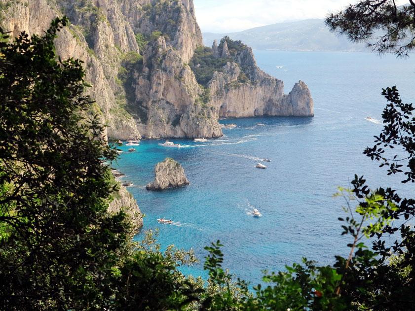 Capri. Ausflugsboote vor der Grotta Bianca und der Punta della Chiavica