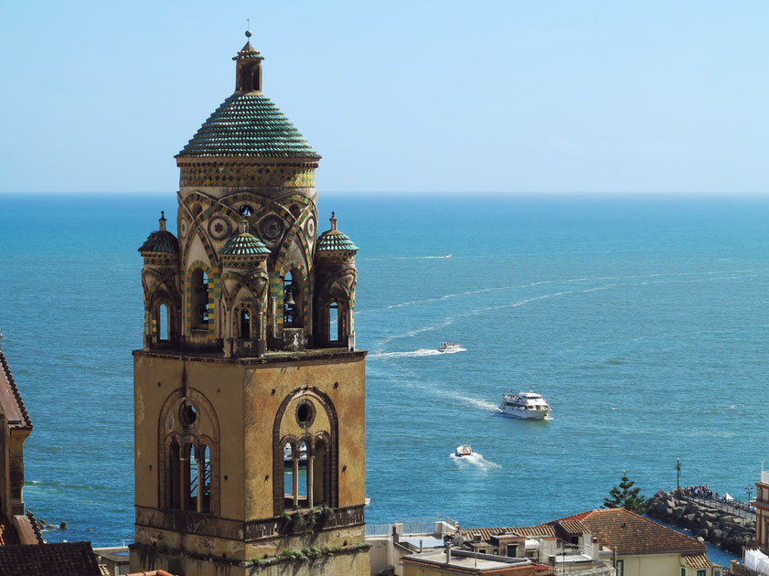 Amalfi, der Glockenturm des Domes ist mit Majolika-Keramik geschmückt. (Blick von der Casa MAO)