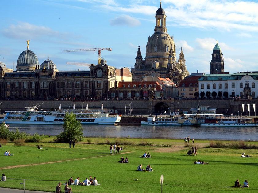 Blick vom Elbeufer auf die Dresdner Altstadt mit Frauenkirche und die Hochschule für Bildende Künste (links)
