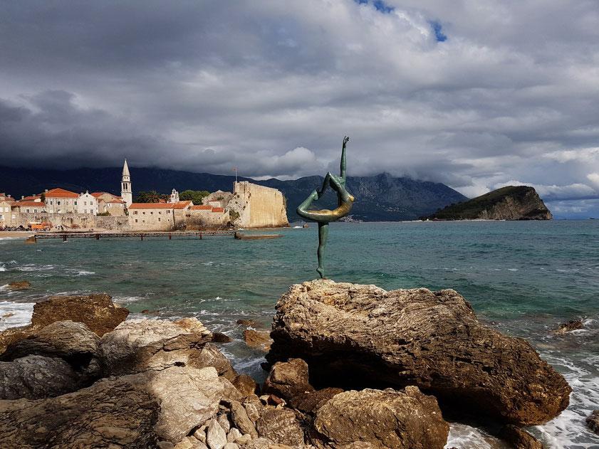 Bronzeskulptur der Ballett-Tänzerin vor der Altstadt von Budva, auf dem Weg zum Mogren Strand