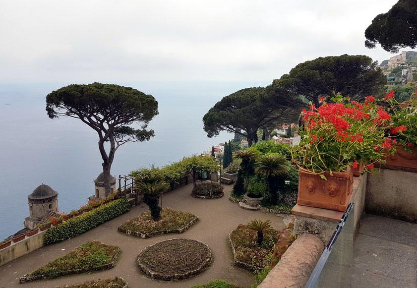 Villa Rufolo. Blick vom oberen Garten auf den unteren, wo im Sommer eine Bühne für das Ravello Festival aufgebaut wird.