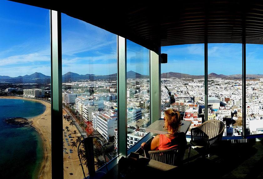 Blick vom 17. Stockwerk der STAR CITY COFFEE & GASTRO BAR des Gran Hotels Arrecife auf die Hauptstadt von Lanzarote und die Vulkanberge