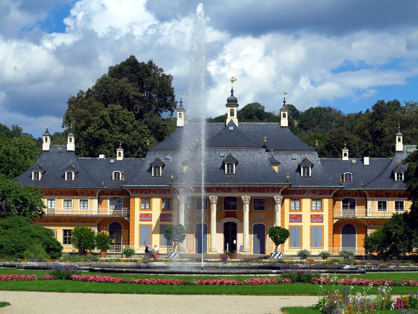 Schloss Pillnitz, Bergpalais als Spiegelbild zum Wasserpalais (1723/1724), davor barocker Lustgarten