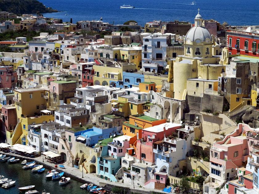 Procida. Blick von der Oberstadt auf Marina di Corricella. Unsere blauen Ferienwohnungen von Filomena links oberhalb des mintgrünen Hauses