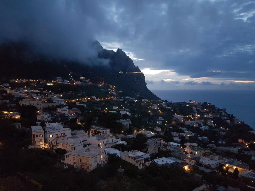 Abendstimmung auf Capri, Blick von der Piazzetta nach Marina Grande