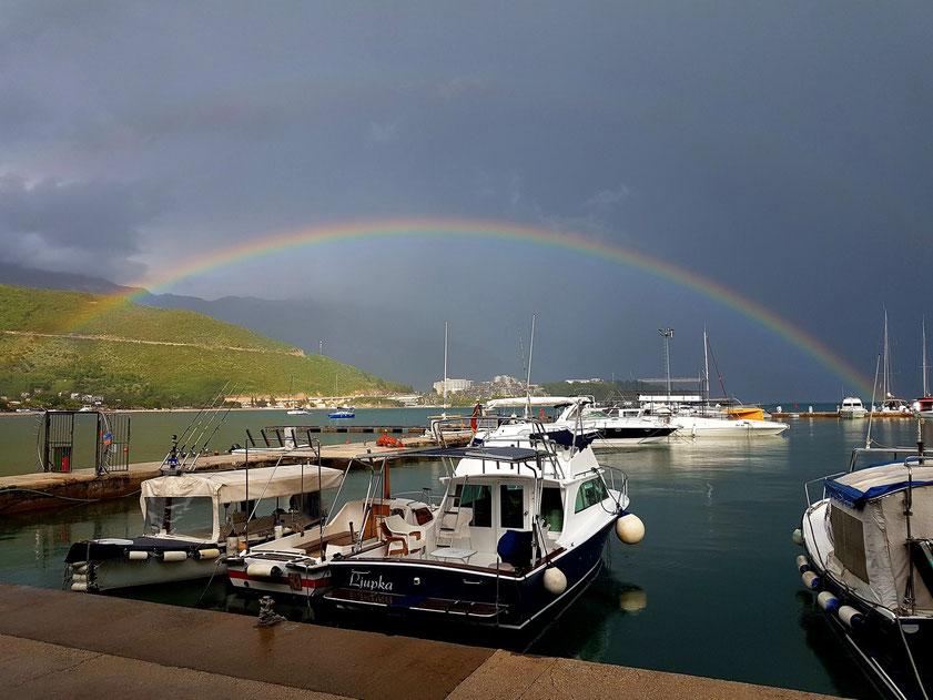 Regenbogen nach einem Regenschauer über Budva, Jachthafen Dukley Marina