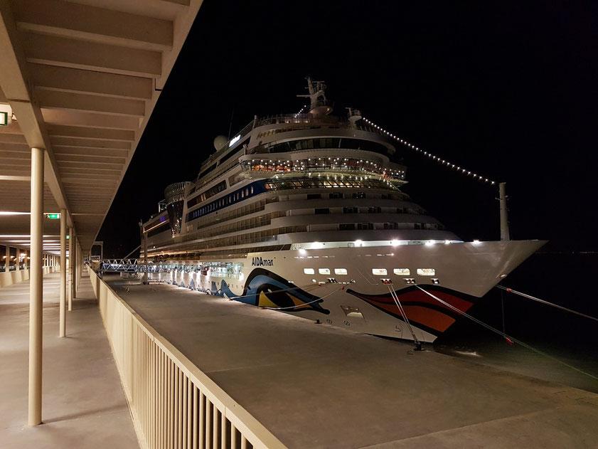 Die AIDAmar um Mitternacht im Lisbon Cruise Terminal