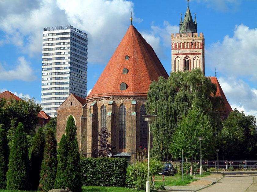 Blick auf Apsis und Turm der St. Marienkirche, (heute Kulturzentrum) und den Oderturm