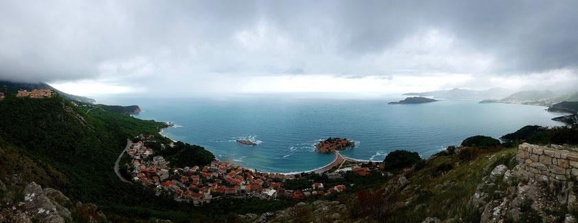 Panorama der montenegrinischen Küste. Blick von der Kirche Sveti Sava hoch über der Hotelinsel Sveti Stefan, rechts im Hintergrund Budva und die Insel Sveti Nikola