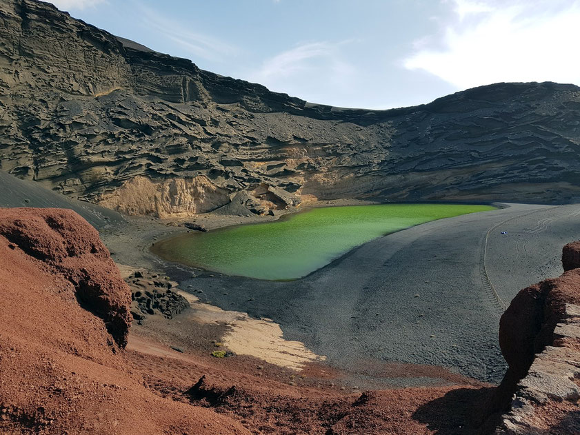 Blick von der oberen Aussichtsplattform auf El Golfo mit dem grünen See (Farbe durch Algen). Ehemaliger Vulkanschlot, dessen Hälfte im Meer versunken ist