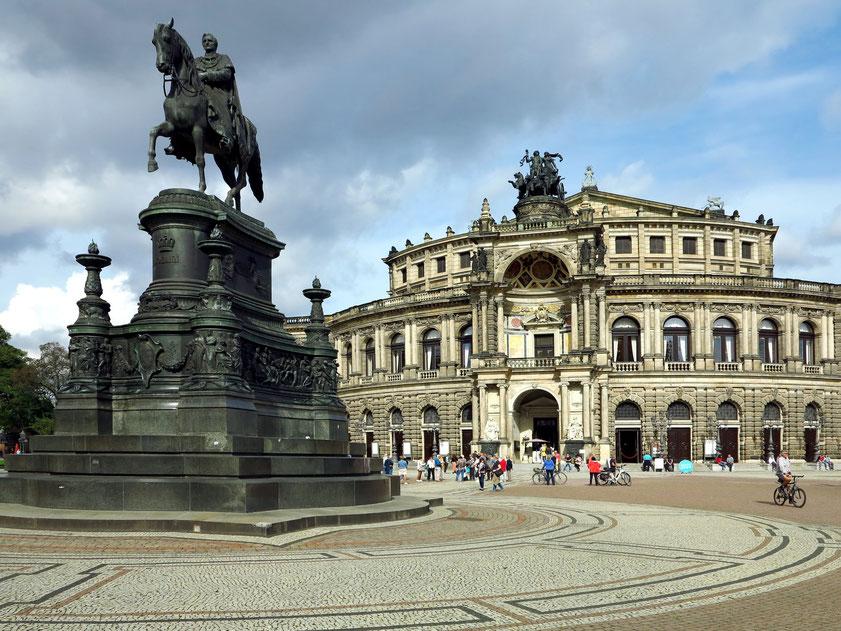 Dresden, Theaterplatz mit Semperoper und König-Johann-Denkmal